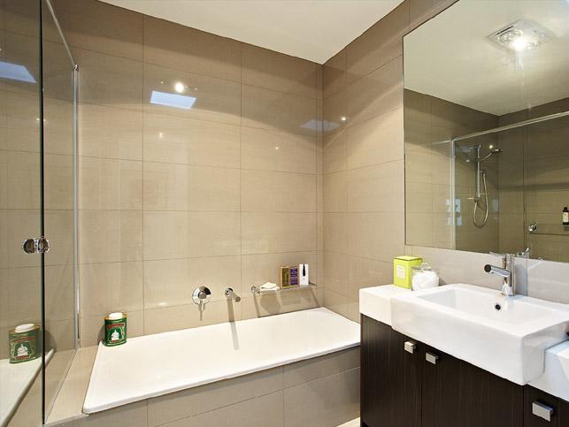 13 Loranne St Bentleigh Bathroom